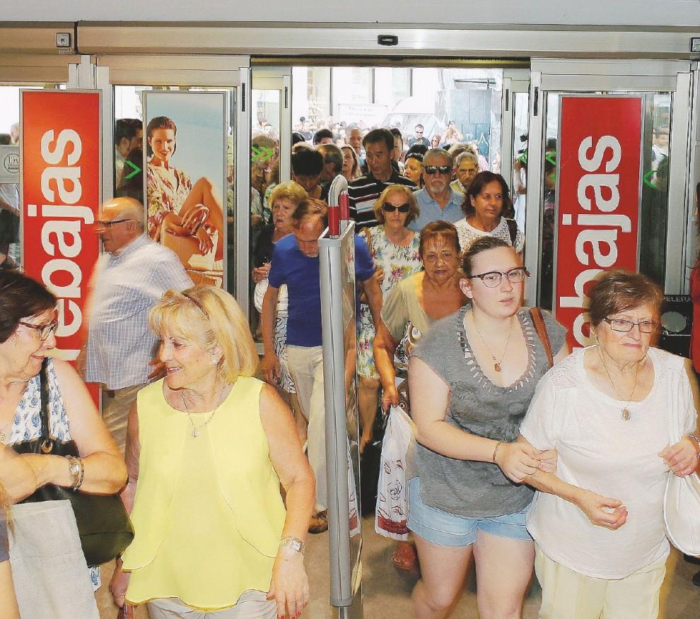 L'ingresso in un supermarket per i saldi estivi a Madrid – LaPresse