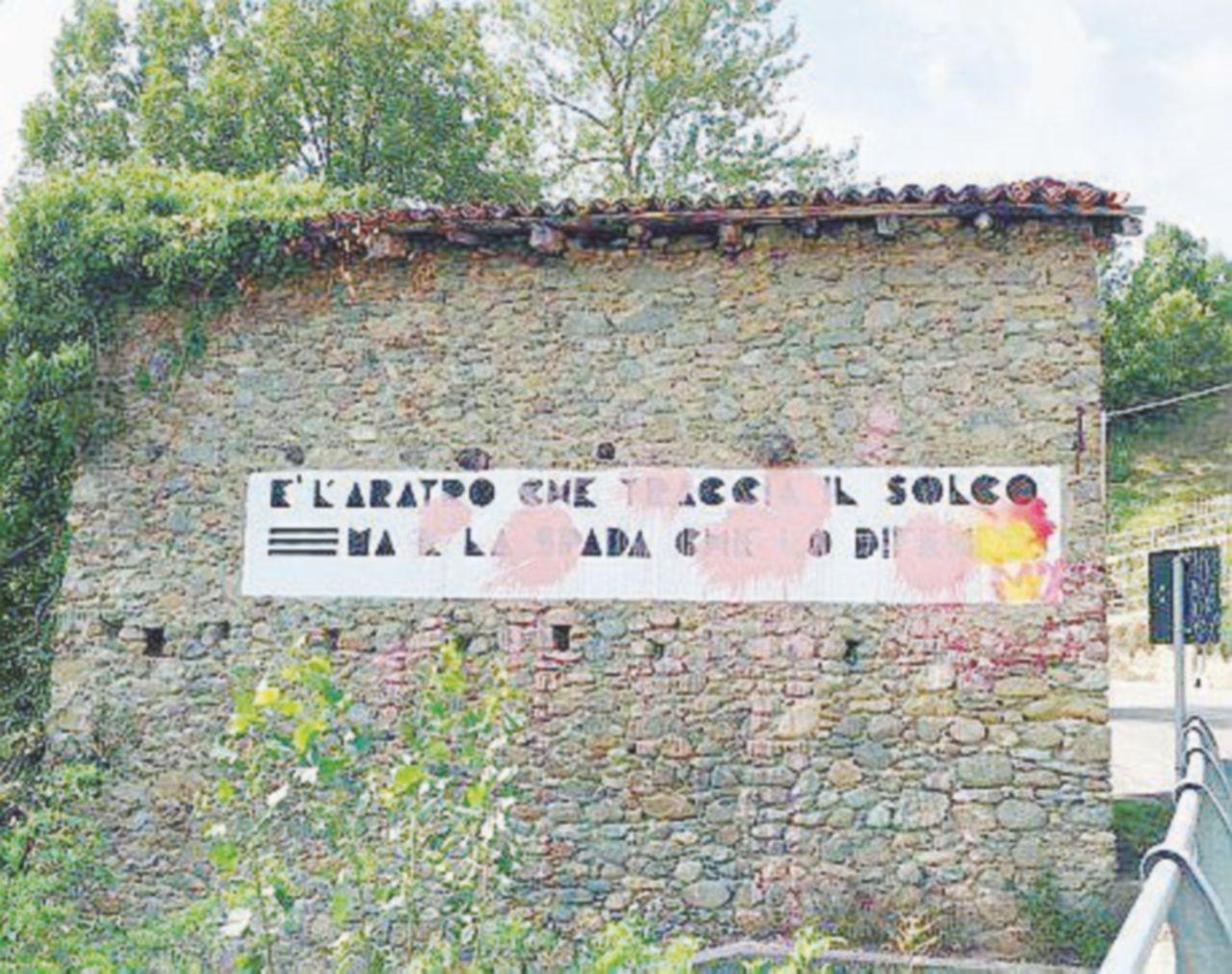 Vernice sulla scritta fascista restaurata dal sindaco di sinistra Imbrattato busto del partigiano