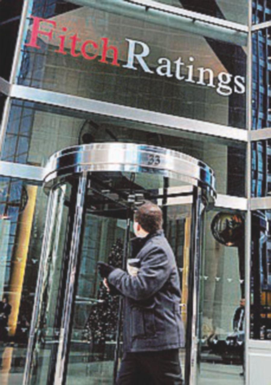 Il nuovo Ad inizia con un tonfo in Borsa. Fitch: piano a rischio