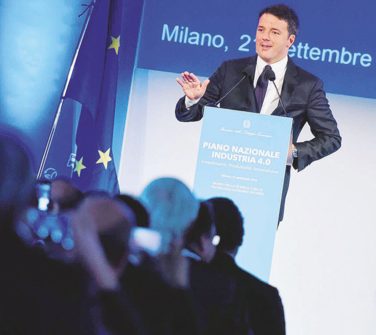 Renzi a Milano, in prima fila c'è l'indagato per corruzione