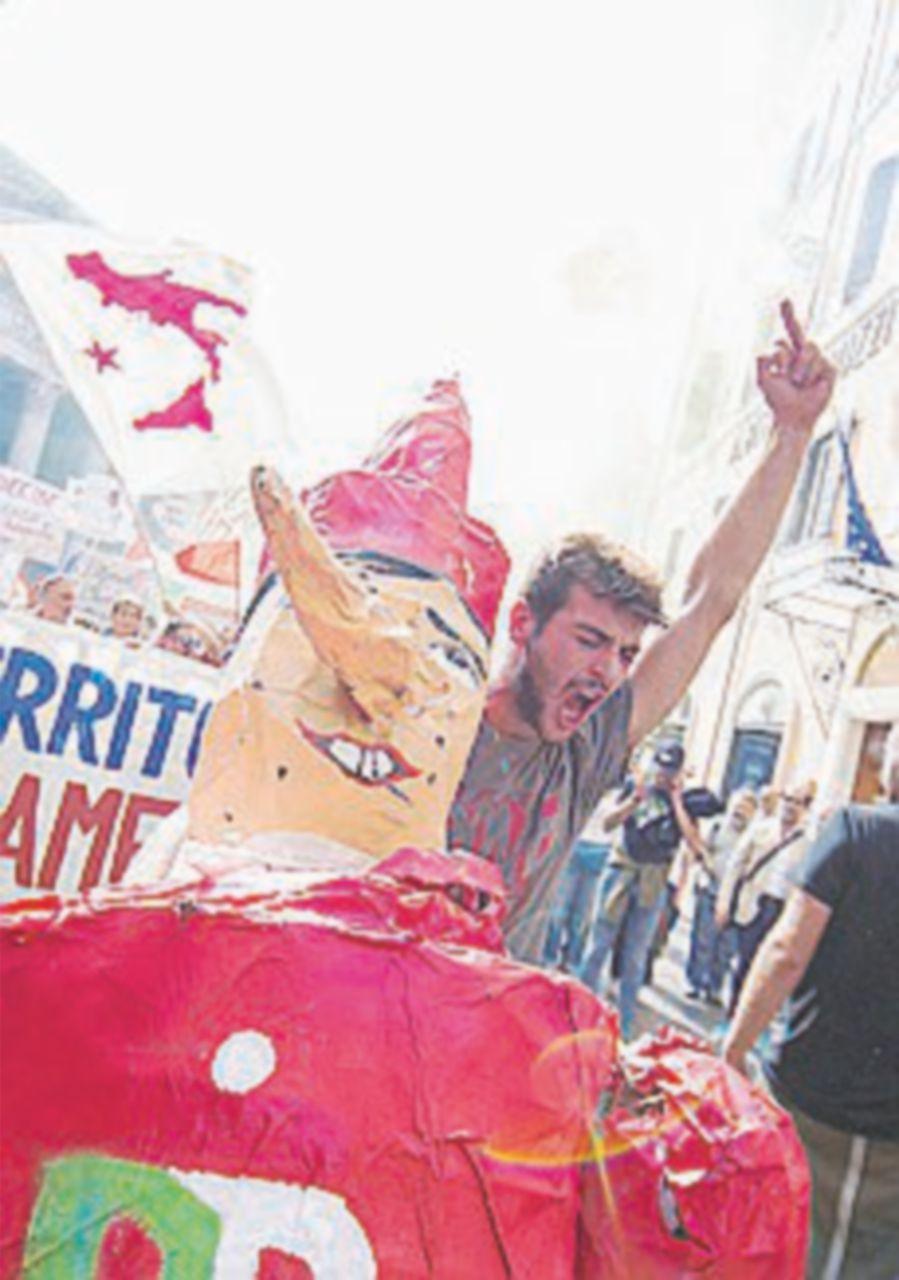 Proteste per Bagnoli commissariata: c'è anche De Magistris
