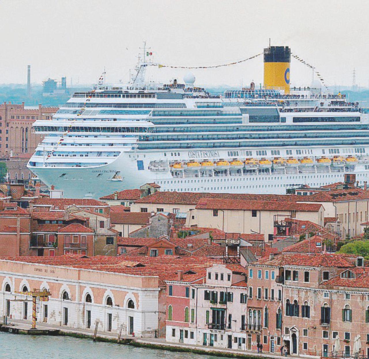 """""""Inquina Venezia"""". Costa multata, ora rischia lo stop"""