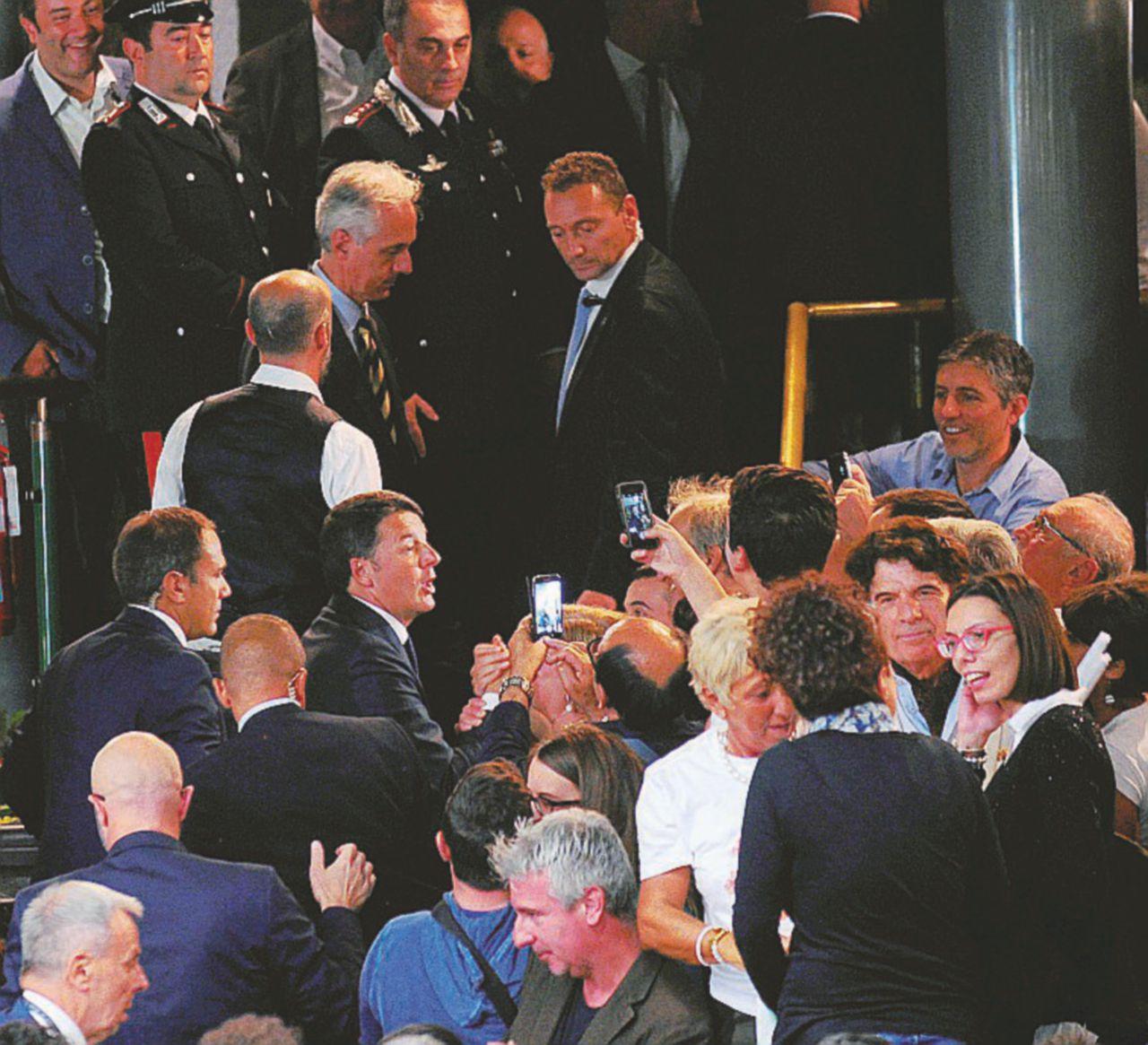 Sala mezza vuota per Renzi a Firenze. Il Sì non funziona