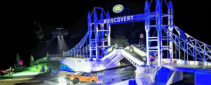 Land Rover Discovery, debutta in contemporanea a Parigi e su un ponte di Lego – FOTO