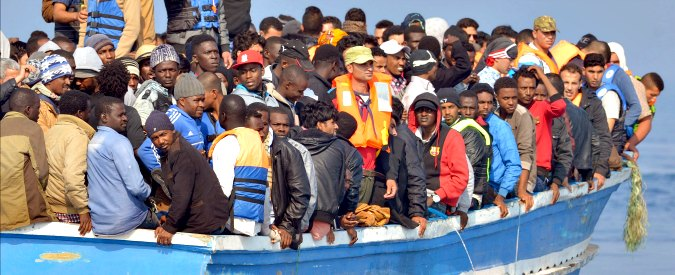"""Libia, """"se vedi la barca, devi salpare o ti uccidono"""". Così i trafficanti costringono i migranti a partire per l'Italia"""