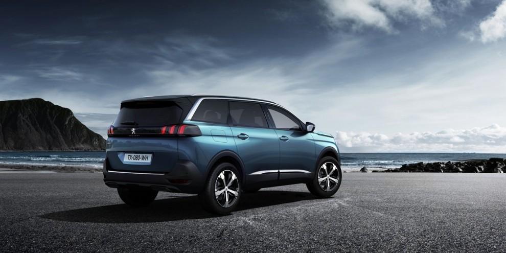 Il nuovo Peugeot 5008 debutta in veste di SUV