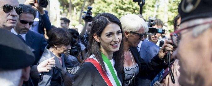 """Roma, Raggi: """"Non mollo"""". E ha l'appoggio dei vescovi: """"Diamole tempo. Presto per buttare via tutto"""""""