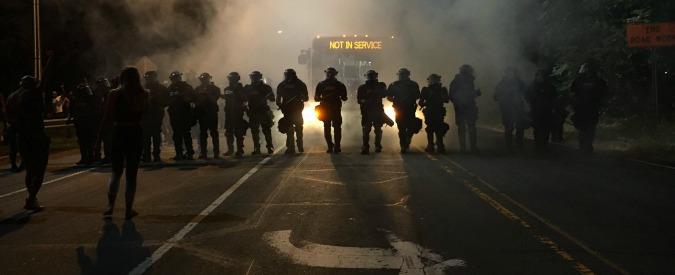 Usa, poliziotto uccide afroamericano armato: scontri a Charlotte. Feriti 12 agenti