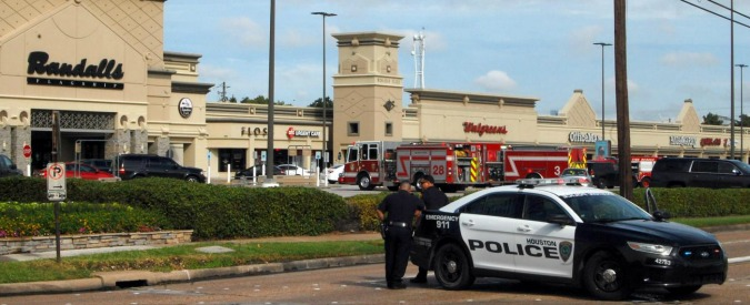 Houston, spara a ripetizione in un centro commerciale: 9 feriti. Lui viene ucciso: era vestito con un'uniforme nazista