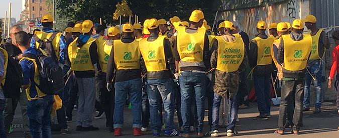"""Milano, richiedenti asilo con la scopa in mano per l'iniziativa di Legambiente """"Puliamo il mondo"""""""