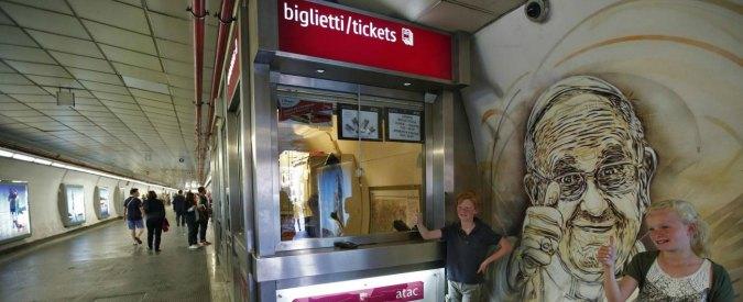 """Roma, """"qui non si fuma"""": madre e figlio aggrediti sulla Metro B. Lui è grave"""