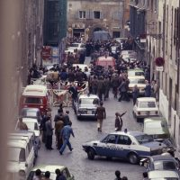 Il cadavere di Aldo Moro venne fatto ritrovare il 9 maggio del 1978 nel portabagagli di una Renault 4 rossa parcheggiata in Via Caetani, all'ingresso del ghetto ebraico di Roma, a pochi metri di distanza dalla sede del PCI