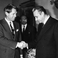 Aldo Moro e Robert Kennedy, nel 1967. I rapporti tra il leader della DC e la diplomazia americana furono spesso piuttosto tesi, soprattutto durante l'amministrazione Nixon