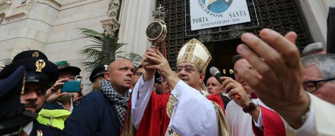 Napoli, ladri rubano in chiesa le offerte dei fedeli per San Gennaro. Colpo da 13mila euro