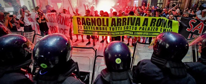 Renzi a Napoli, protesta dei centri sociali: scontri tra manifestanti e polizia