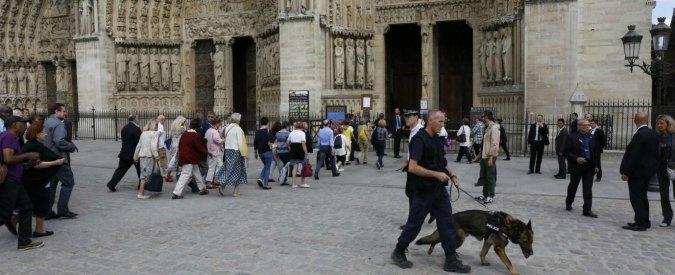 Parigi, auto con bombole del gas trovata vicino a Notre Dame. Fermate 2 persone