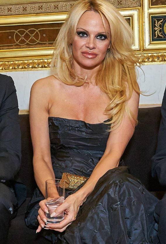 """Pamela Anderson contro il porno: """"Roba da sfigati. Mette a rischio la possibilità di funzionare come marito"""""""