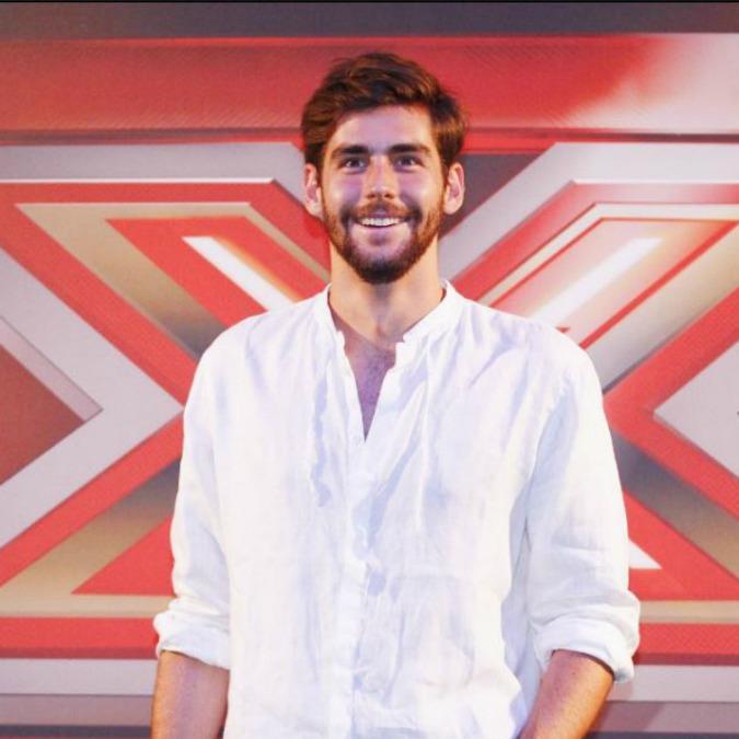 """X Factor, Alvaro Soler il """"giudice pacco"""": è bello ma non balla, c'è ma non si vede, 'ectoplasma style'"""