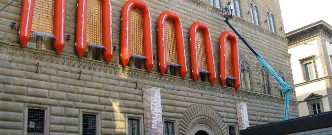 """Firenze, i gommoni dell'artista Ai Weiwei sulle facciate di Palazzo Strozzi. Scoppia la polemica: """"E' uno scempio"""" (FOTO)"""