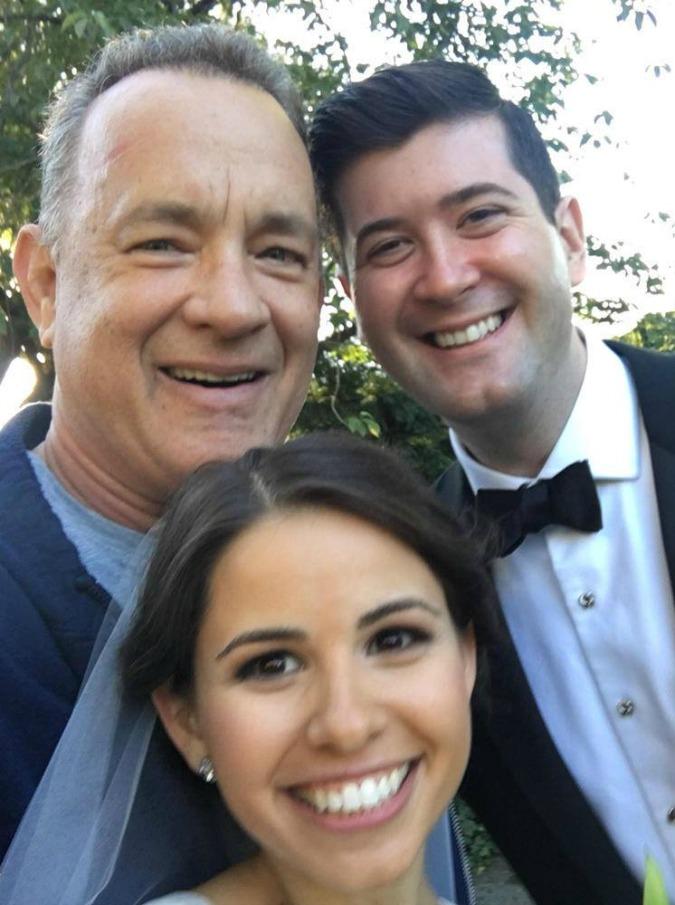 Tom Hanks sorprende una coppia di sposi a Central Park: selfie e foto su Facebook