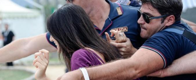 """Italia 5 stelle, spintoni e insulti ai giornalisti mentre arriva Raggi. M5s Camera e Senato: """"Prendiamo le distanze"""""""