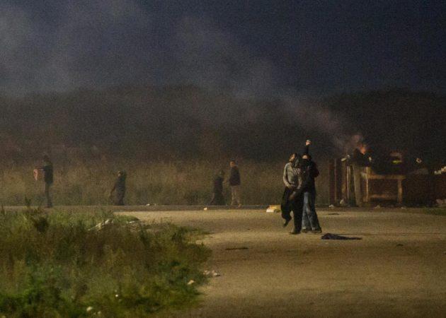 Calais, scontri tra migranti e polizia