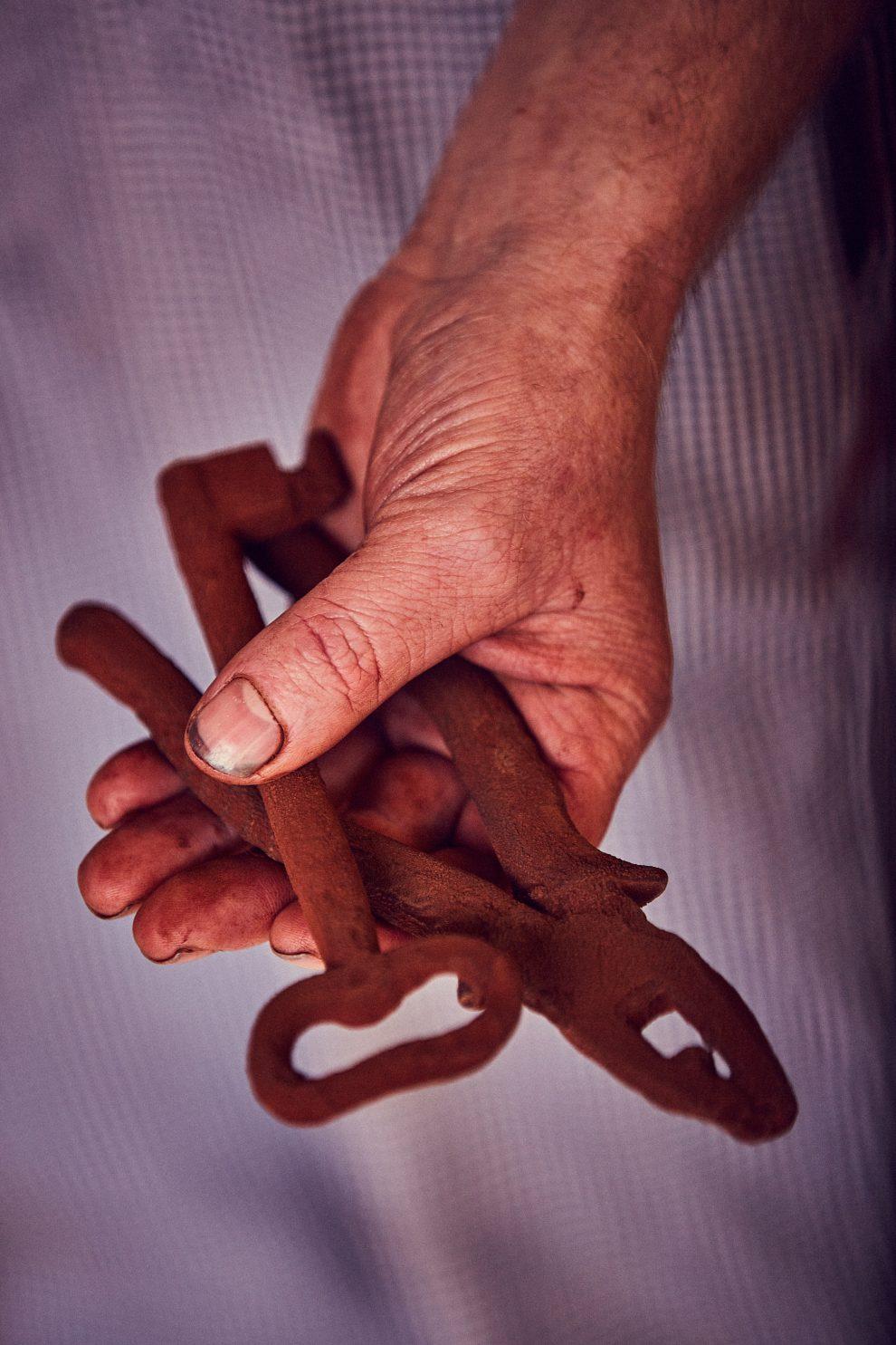 Un altro piccolo segreto del nostro successo? L'inventiva. Per esempio gli utensili per un cioccolatiere sono importantissimi e lo capii guardando un film con mia nonna. Qui il protagonista della storia realizzava stampi con la sabbia in argento e oro. Ho rivisitato l'idea per creare le mie forme e dargli vita col cioccolato.