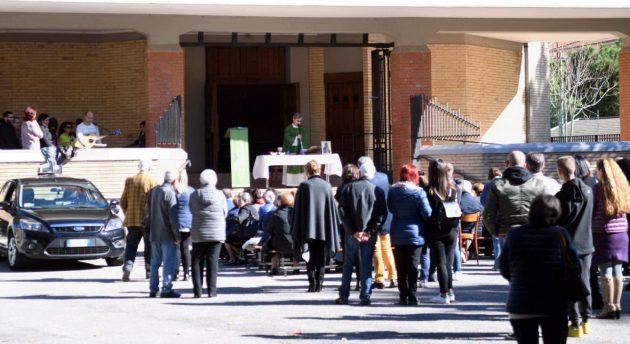 Ad Ascoli le chiese sono state chiuse per precauzione, le messe sono state celebrate in strada
