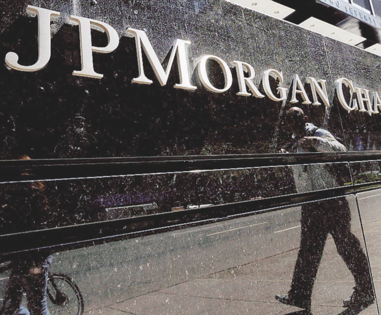 """Caccia a 5 miliardi e referendum, così il """"banchiere politico"""" crea instabilità"""