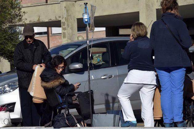 Rieti, l'evacuazione di pazienti e lavoratori dall'ospedale