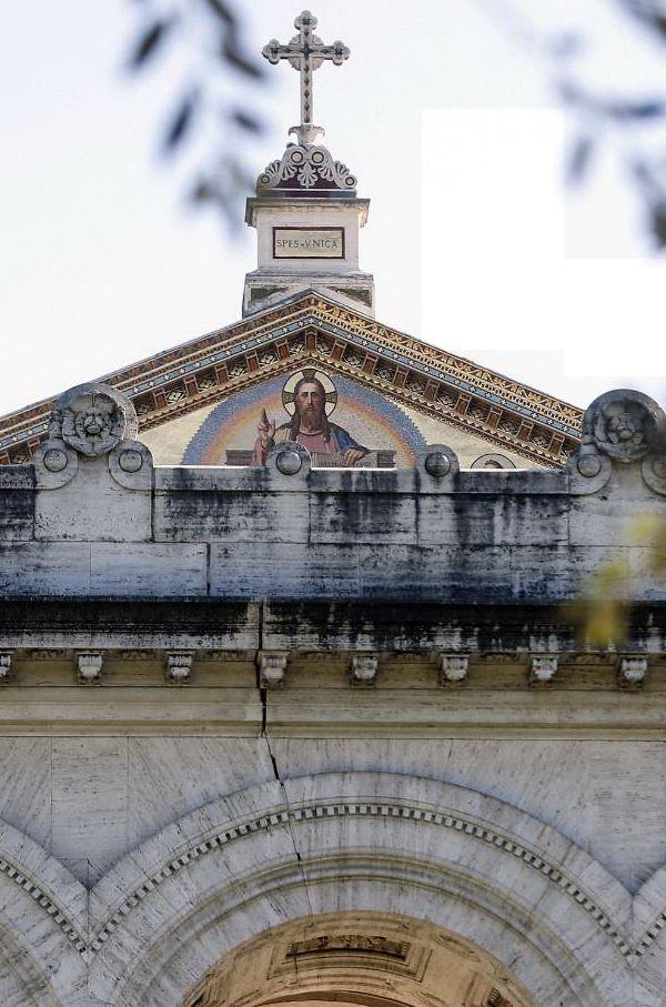 La crepa sulla facciata della Basilica di San Paolo fuori le Mura, a Roma