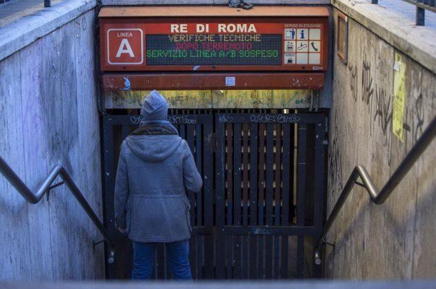La stazione Re di Roma della linea A della metro della Capitale è rimasta chiusa temporaneamente per alcune verifiche strutturali dopo il sisma