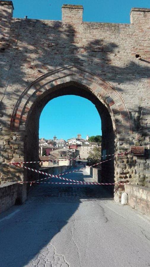 L'accesso al Ponte del Diavolo, a Tolentino, sbarrato dopo il sisma