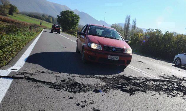 Una grossa crepa provocata nell'asfalto dalla scossa di terremoto lungo una strada di Norcia