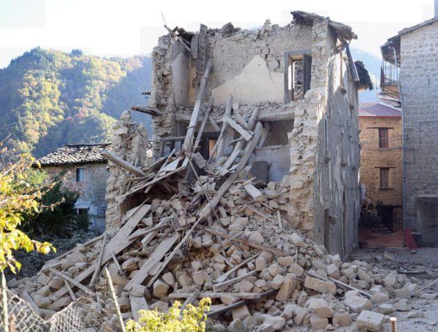 Una palazzina sbriciolata a Pianaccerro, Ascoli Piceno