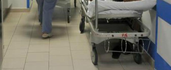 Cuneo, si rompe la barella e il paziente cade: morto dopo 4 giorni. Indagati in 5