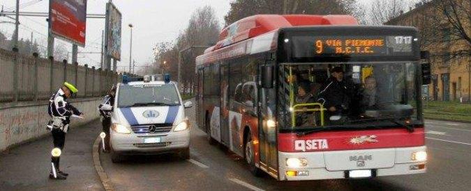 Reggio Emilia, multa al ragazzo down sul bus con biglietto sbagliato. L'azienda la revoca dopo le polemiche