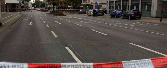 Germania, spara in un negozio di parrucchiere poi si barrica con ostaggi: un morto. Caccia all'uomo a Düren