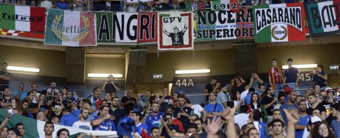 Saluto romano durante Israele-Italia, indagati e perquisiti tre ultras di Bari: trovati manganelli e riviste fasciste