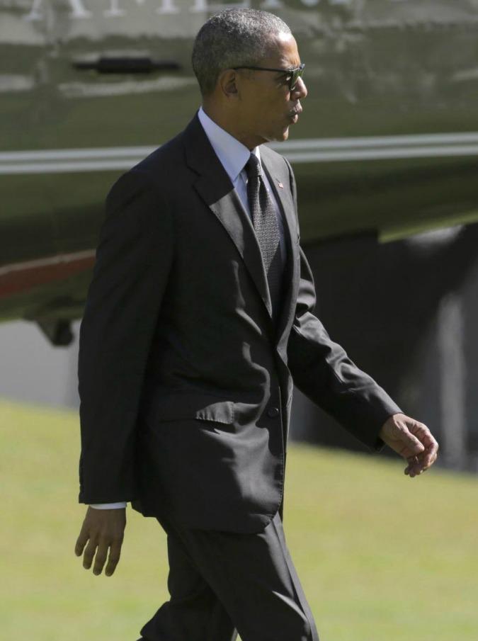 """Barack Obama cerca lavoro, il presidente porta il curriculum al The Late Show: """"Difficile trovare un impiego a 55 anni"""" (VIDEO)"""