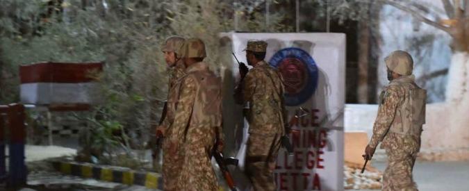Pakistan, tre kamikaze in una scuola di polizia: oltre 60 morti, centinaia i feriti. Isis rivendica attentato