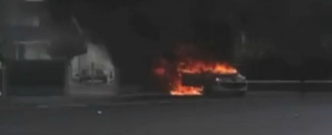 """Parigi, attacco con molotov contro auto della polizia in banlieue. """"Gravi due agenti"""""""