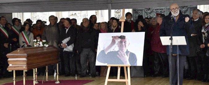 """Dario Fo, Il funerale laico a Milano. Carlo Petrini: """"Allegri bisogna stare"""". Jacopo: """"Siamo comunisti e atei ma so che ora è insieme a Franca"""""""