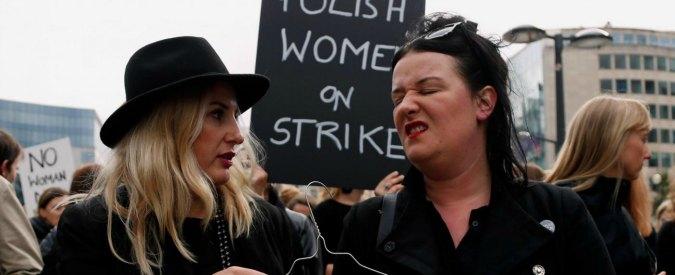 """Legge anti-aborto in Polonia, donne in """"nero"""" manifestano anche a Bruxelles: """"Violato accesso alla salute"""""""