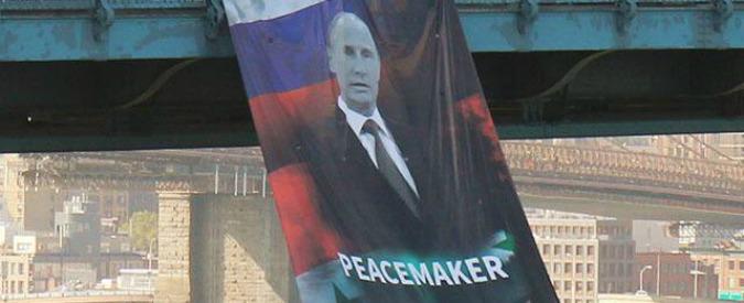"""New York, per il compleanno di Putin maxi ritratto con la scritta """"Peacemaker"""""""