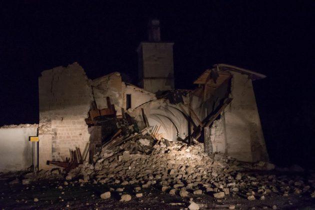 Terremoto Centro Italia: crolla la chiesa di San Salvatore a Campi di Norcia
