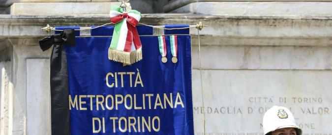 """Torino, inchiesta sul bilancio 2015 del Comune: Guardia di Finanza in municipio. Grillo: """"Vuoto di Fassino"""". Che si difende"""