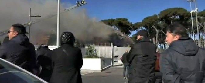 Roma, in fiamme l'auditorium mai aperto di via Albergotti. Traffico in tilt e disagi