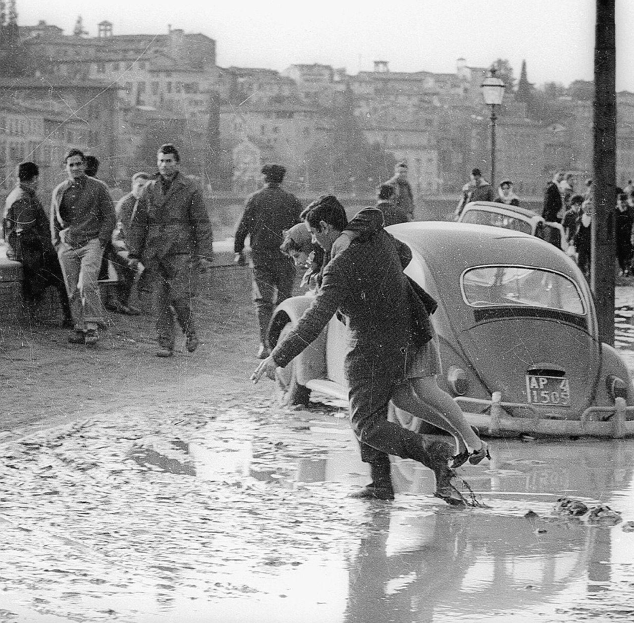 Firenze, l'alluvione 50 anni dopo: Indro Montanelli tra i braccianti di Stato a 9 mila lire al mese