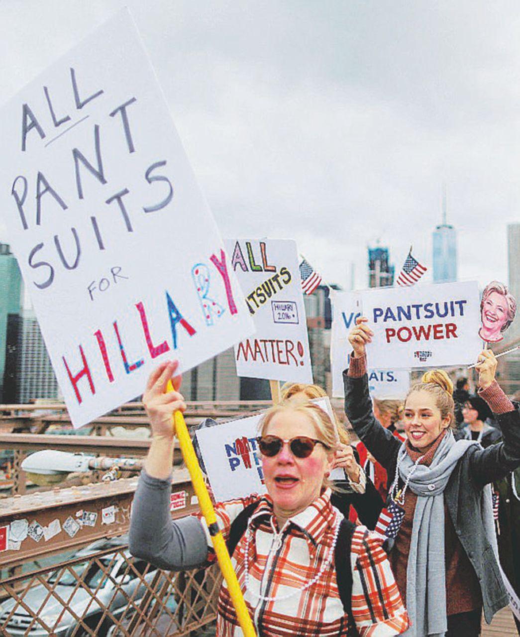Le donne con Hillary contro il macho sessista